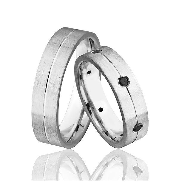 Sølv forlovelsesringe med sorte diamanter.
